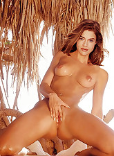 See Hollywood cutie Denise Richards get her pretty face creamed